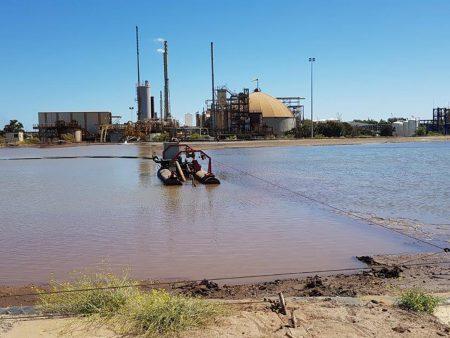 Ang isang 40E ay naglilinis ng isang tailings pond sa Western Australia.