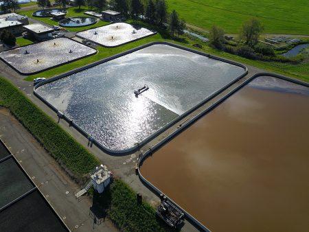Ang isang 40E ay naglilinis ng isang wwtp pond. Ang mga kliyente ika-2 yunit.