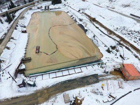 Un 50E limpia un estanque de relaves en Canadá.