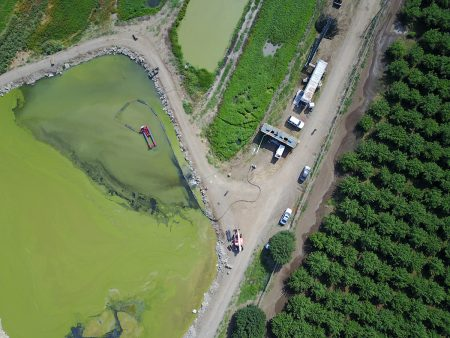 Un 50E limpia un estanque agrícola en California.