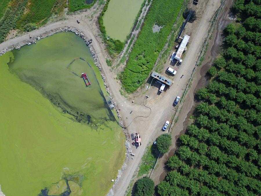Un 50E limpia un estanque agrícola.