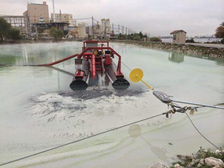 Ang isang MC 40E ay naglilinis ng isang industrial pond.