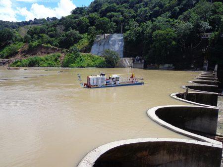 Memperdalam bendungan pembangkit listrik tenaga air di Guatemala.