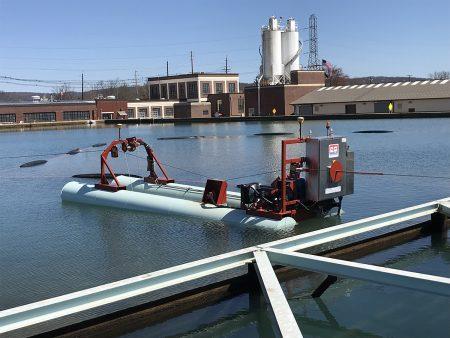 يقوم 50E المخصص بتنظيف مرفق مياه الشرب.