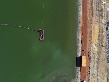 A 40E ينظف محطة معالجة مياه الصرف الصحي في أستراليا بالأنابيب.
