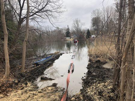 Ang isang 40E ay naglilinis ng isang pond sa Connecticut.