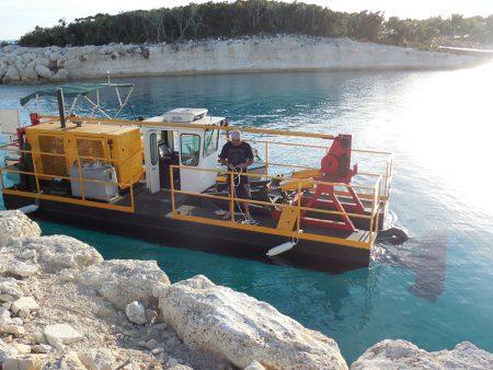 Isang 225D na pumping sand sa Caribbean.